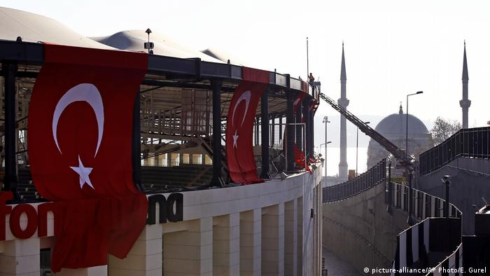 Türkei Istanbul Besiktas Stadion nach Anschlag (picture-alliance/AP Photo/E. Gurel)