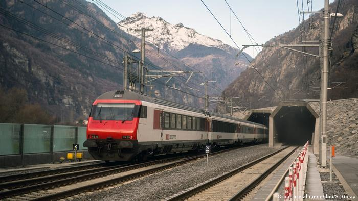 SWB Zug Gotthard Eisenbahntunnel (picture-alliance/dpa/S. Golay)