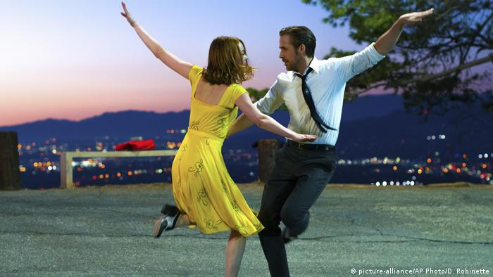 man and woman in yellow dress dancing (picture-alliance/AP Photo/D. Robinette)