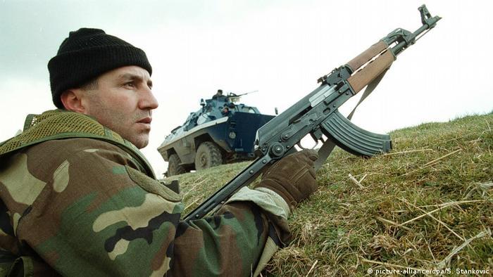 Kosovo Handfeuerwaffen serbischer Polizist (picture-alliance/dpa/S. Stankovic)
