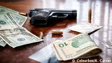 Symbolbild Waffen, Geld und Drogen