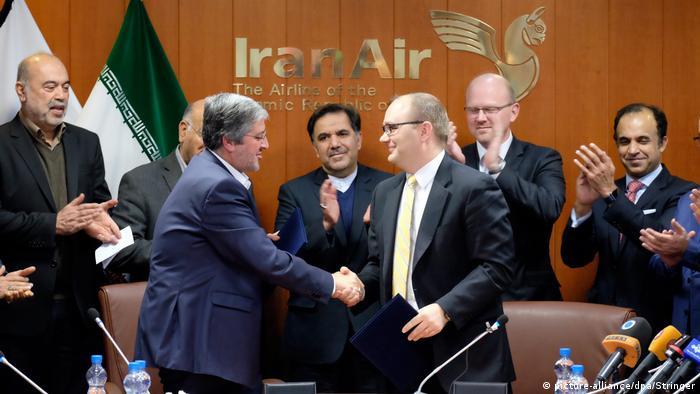Iran Unterzeichnungszeremonie zwischen Iran-Air und Boeing (picture-alliance/dpa/Stringer)