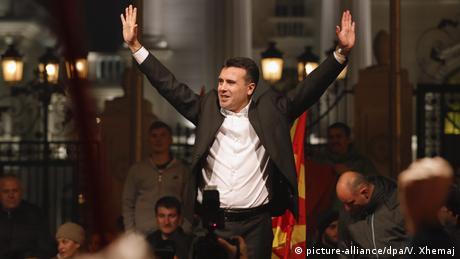 Mazedonien Jubel Wahlen Zoran Zaev (picture-alliance/dpa/V. Xhemaj)