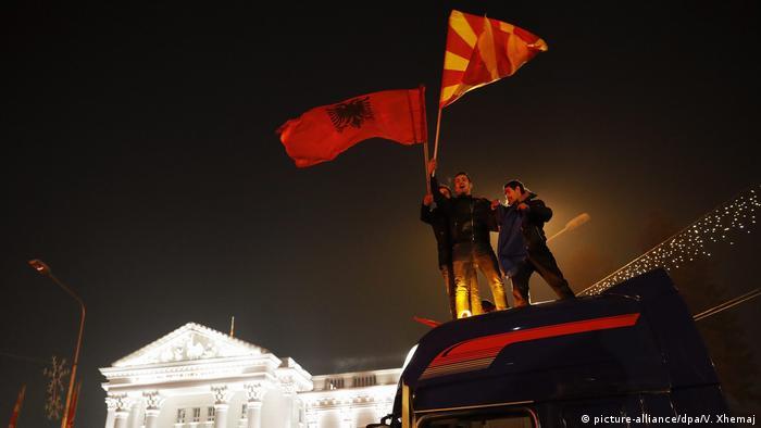 Mazedonien Parlamentswahl Siegesfeier der Opposition (picture-alliance/dpa/V. Xhemaj)