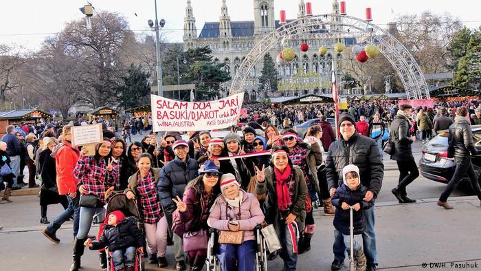 Solidaritätsaktion für Basuki Ahok Tjahaja Purnama in Wien (DW/H. Pasuhuk)