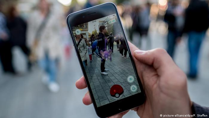 A Pokemon Go player in Hannover, Germany (picture-alliance/dpa/P. Steffen)