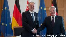 Der Präsident der Slowakischen Republik, Andrej Kiska (l) und Bundespräsident Joachim Gauck geben sich am 12.12.2016 im Schloss Bellevue in Berlin die Hand. Foto: Rainer Jensen/dpa +++(c) dpa - Bildfunk+++