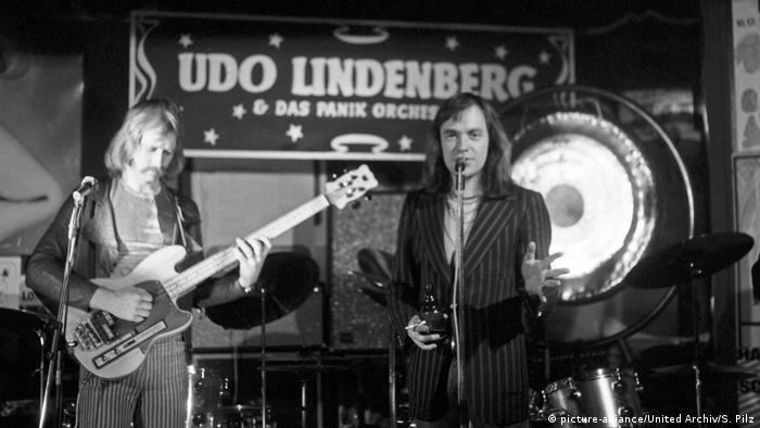 Schwarz-weiß-Foto von Udo Lindenberg in den 1970ern bei einem Auftritt. (picture-alliance/United Archiv/S. Pilz)