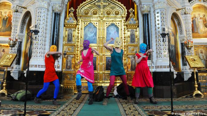Masked members of the protest punk band Pussy Riot performing an anti-Putin song in the Cathedral of the Savior in Moscow, Russia (picture alliance / dpa)