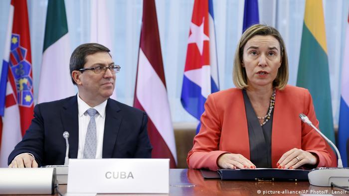 Belgien EU Kubanischer Außenminister Bruno Rodriguez und EU-Vertretterin Morgherini (picture-alliance/AP Photo/F. Lenoir)