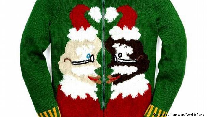 Вбирання в Ugly Christmas Sweater - жахливий різдвяний светр - уже стало традицією у США. У країні проводяться тематичні светр-вечірки та благодійні заходи. Є навіть пісні про одяг, на який болісно дивитися. Кофтина на фото розроблена американською акторкою Вупі Голдберг.