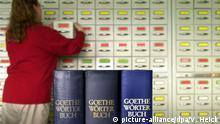 ARCHIV 2003 *** Das Foto zeigt im Vordergrung drei Exemplare des Goethe-Wörterbuches, an deren Erstellung die Verwaltungsangestellte Juliane Kooz (im Hintergrund), am 05.03.2003 in Hamburg arbeitet. Das Goethe-Wörterbuch ist ein Bedeutungswörterbuch, das den gesamten Wortschatz des Dichterfürsten (etwa 90.000 Wörter) in alphabetischer Reihenfolge verzeichnet. Auf der Grundlage von rund drei Millionen Archivbelegen wird Goethes individueller Wortschatz in einzelnen Artikeln durch ausgewählte Belegzitate und Bedeutungserklärungen dargestellt. Über die Goethe-Forschung hinaus dient das Wörterbuch der Erforschung der Sprache der Goethe-Zeit. Dieses Vorhaben wird gemeinsam mit den Akademien der Wissenschaften in Heidelberg, Göttingen und Berlin mit Forschungsstellen in Tübingen, Hamburg und Berlin/Leipzig getragen. Das Goethe-Wörterbuch wurde 1946 durch den klassischen Philologen Wolfgang Schadewaldt in Berlin begründet.   Verwendung weltweit