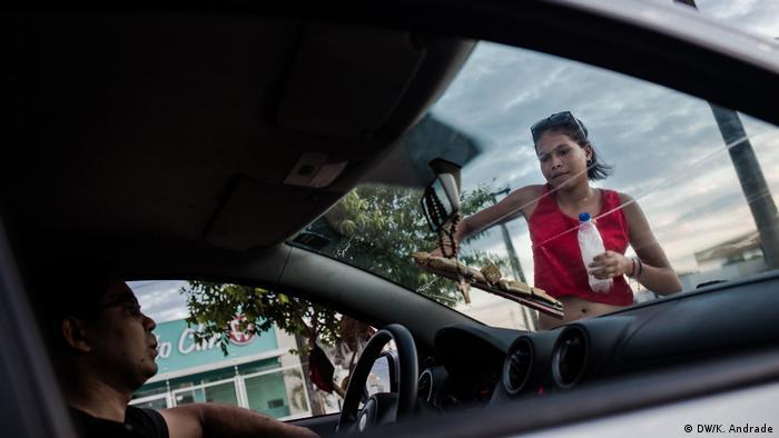 Estefani Benavides, de 18 anos, quase morreu de desnutrição na Venezuela. Hoje trabalha com a mãe em Boa Vista
