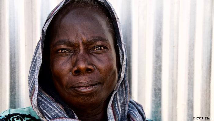 Kakuma fue construido para albergar a 125.000 personas, pero desde su apertura no han parado de llegar personas en busca de refugio. Cada mes se suman unas mil o dos mil personas. Teresa Akong Anthony, en la imagen, vino desde el sur de Sudán, hace dos semanas. Ahora espera a la sombra de una choza que ella y sus tres hijos sean registrados como refugiados. La temperatura hoy es de 37 grados.