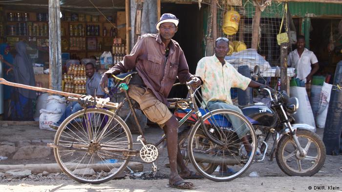 Además de las tarjetas de racionamiento los residentes del campo obtienen vales que pueden canjear en ciertas tiendas. En los últimos 25 años, Kakuma se ha convertido en una pequeña ciudad de Kakuma. En el mercado se compran y venden cosas de uso cotidiano: alimentos, herramientas, artículos eléctricos o tarjetas SIM.