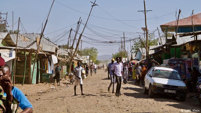 Gracias a la ayuda internacional, los habitantes de este campo de refugiados pueden recibir la ayuda más urgente. Debido a que Kakuma crece todos días y los refugiados son separados de la población local, unas 60.000 personas serán reubicadas en otro nuevo campo, a unos 20 kilómetros de distancia. La idea es que promover el auto-sustento de los refugiados y la convivencia con locales.