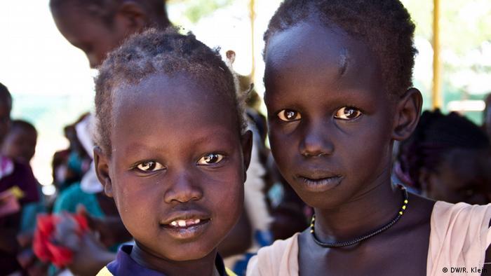 Kakuma está lleno de jóvenes: más del 60% de los habitantes tienen 17 años de edad. Muchos han nacidos o criados en el campo. Para ellos, la palabra casa es difícil de definir. A menudo, no tienen ninguna relación con su país de origen, pero tampoco son kenianos. Se trata de jóvenes nacidos como refugiados.