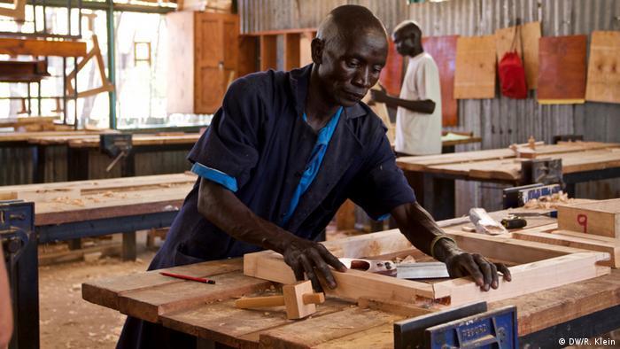 Los refugiados en Kakuma sólo pueden trabajar con un permiso especial, pero hay poco trabajo. Algunos trabajan para organizaciones benéficas. Para aumentar las posibilidades, hay proyectos individuales de formación. Aquí los refugiados, pero también la población local, puede formarse como carpintero, electricista o costurera.