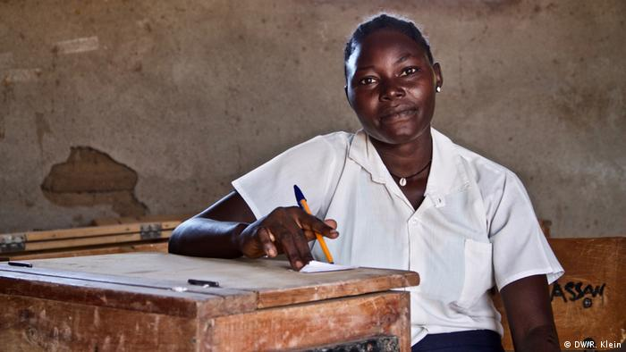 """Quiero ser una enfermera, dice Kamuka Ismali Ali, quien huyó de la guerra en el sur de Sudán. Todavía no sé si mi familia vive"""". Kamuka, de 20 años de edad, asiste a una escuela en Kakuma y quiere graduarse. Cuando la guerra termine, ansía poder volver a ver su familia, y ayudarla."""