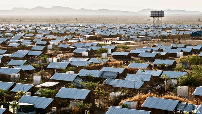 Kakuma quiere decir en kiswahili algo así como la nada. Ubicado a unos 100 kilómetros de la frontera con Sudán del Sur está en medio de una zona seca y caliente. Aquí viven, más mal que bien, unas 180.000 personas en cabañas o casas de adobe. Sus residentes huyen de la guerra o el hambre en Sudán y Sudán del Sur, Somalia, Uganda y otros países vecinos.