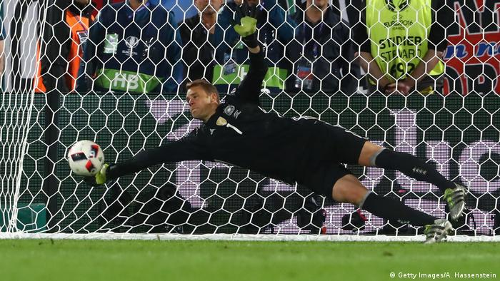 manuel neuer named world s best goalkeeper for fourth consecutive