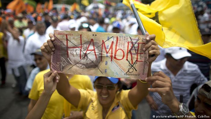 Venezuela opposition protest against 100 Bolivar bill (picture-alliance/AP Photo/A. Cubillos)