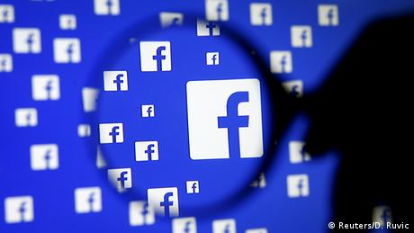 Facebook Logo auf Bildschirm mit Lupe (Reuters/D. Ruvic)