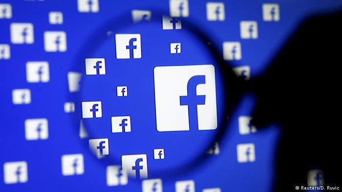 Facebook Logo auf Bildschirm mit Lupe