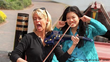 Ulrika Jonsson und Vanessa Mae vor dem Grand Prix (picture-alliance/dpa/P. Jones)