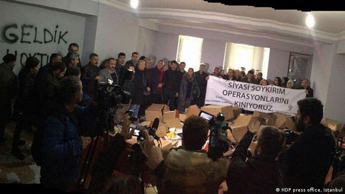 Türkei PK im Büro der HDP in Istanbul nach der Durchsuchung der Polizei (HDP press office, Istanbul)