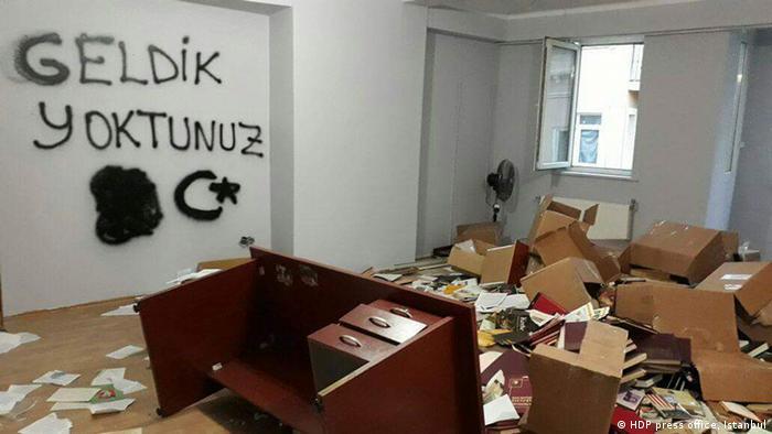 Türkei das Büro der HDP in Istanbul nach der Durchsuchung der Polizei
