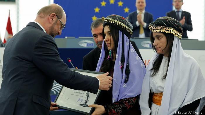 Murad e Lamiya Aji Bashar recebem Prêmio Sakharov do então presidente do Parlamento Europeu Martin Schulz