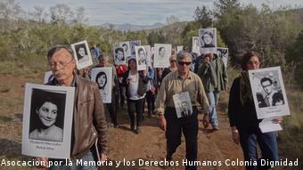 Margarita Romero (derecha) junto a familiares de detenidos desaparecidos en una ceremonia en las fosas de Colonia Dignidad.