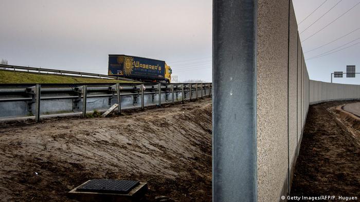 Frankreich Mauer blockiert Weg von Flüchtlingen - Autobahn bei Calais (Getty Images/AFP/P. Huguen)