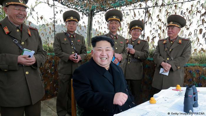 Nordkorea Kim Jong Un beim Simulationsmanöver (Getty Images/AFP/KCNA)
