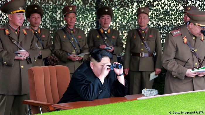 Nordkorea Kim Jong Un beim Simulationsmanöver (Getty Images/AFP/STR)