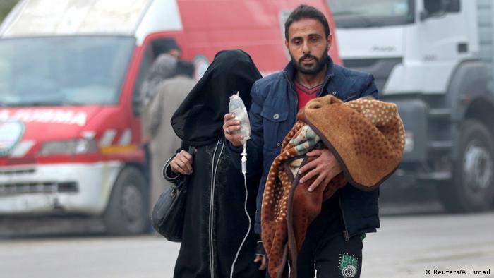 Syrien Familie mit verletztem Kind in Aleppo (Reuters/A. Ismail)