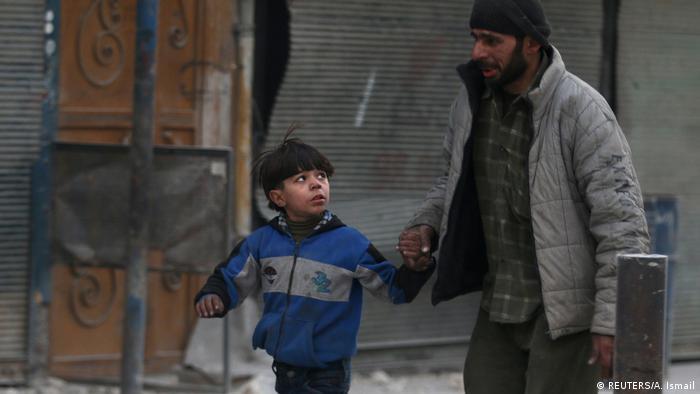 Syrien Mann und Kind in Aleppo (REUTERS/A. Ismail)