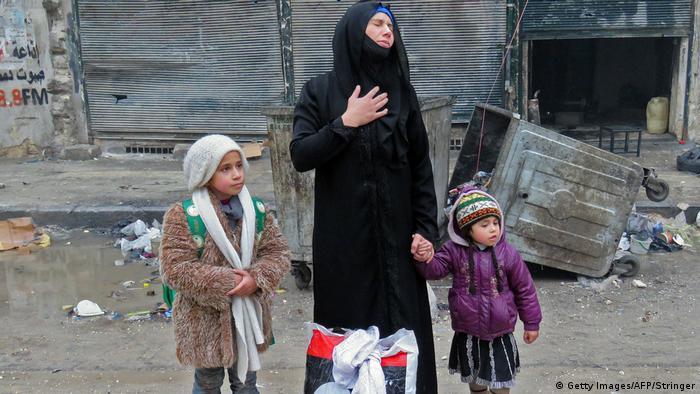 Syrien Frau mit Kindern nachdem Regierrungstruppen Gebiete in Aleppo erobert haben (Getty Images/AFP/Stringer)