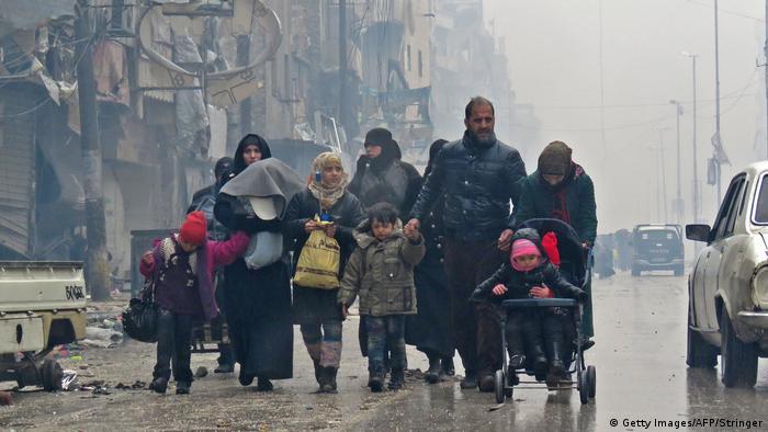 Syrien Zivilisten fliehen vor Gewalt im Gebiet Bustan al-Qasr in Aleppo (Getty Images/AFP/Stringer)