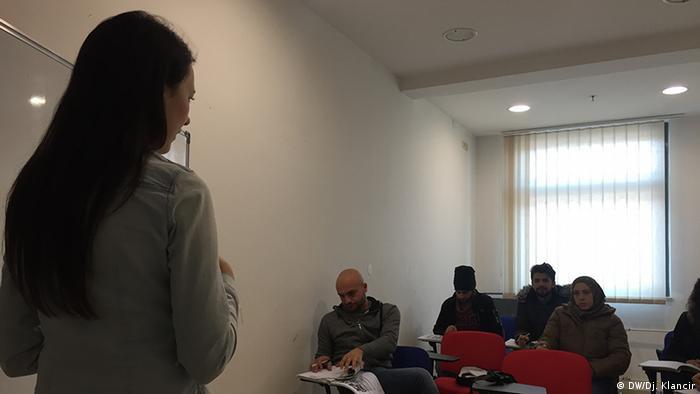 Sonja Nerad s azilantima koji uče hrvatski