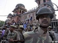 सोमवार दिन में ही अहमदाबाद और दिल्ली में ज़िदा बम मिले थे
