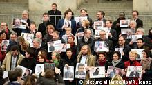 Bilder von Abgeordnete der türkischen Partei HDP werden werden am 13.12.2016 auf den Stufen des Bundestages bei einer Protestaktion von Abgeordneten des Deutschen Bundestages in Berlin gehalten. Die Politiker wollten mit der Aktion Solidarität mit der verfolgten HDP bekunden. Foto: Rainer Jensen/dpa +++(c) dpa - Bildfunk+++ |