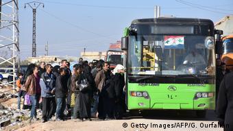 Syrien Krieg - Szene aus Aleppo, Zivilisten fliehen in Bussen