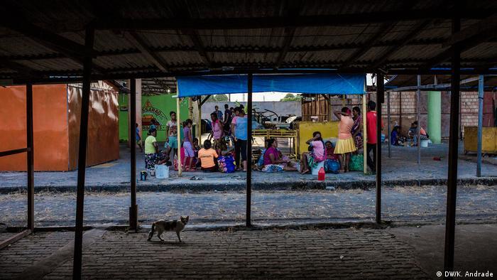 Indígenas de etnia Warao se abrigam no espaço da Feira do Passarão, em Boa Vista