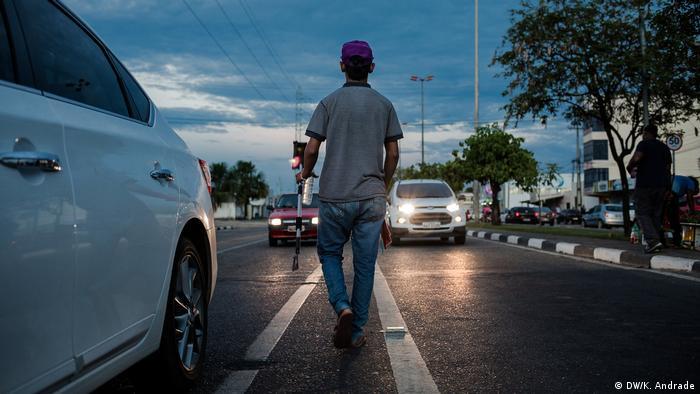 Jovem venezuelano tenta abordar motoristas na avenida Venezuela, em Boa Vista.