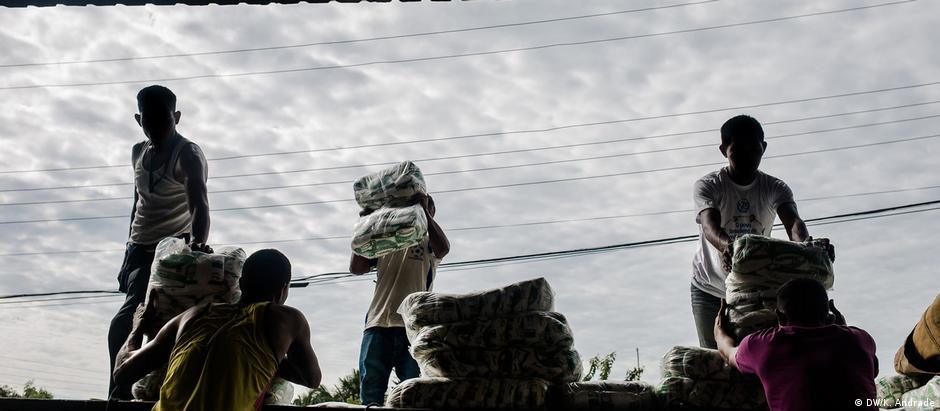 Imigrantes venezuelanos trabalham na cidade de Pacaraima, Roraima