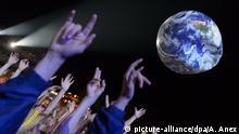 Menschen mit Globus Ballon