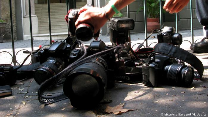 Фотоапарати, що поклали на вулиці в пам'ять про вбитих журналістів у Мексиці, квітень 2012 року