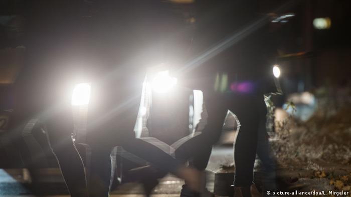 Deutschland Blendende Autoscheinwerfer Symbolbild